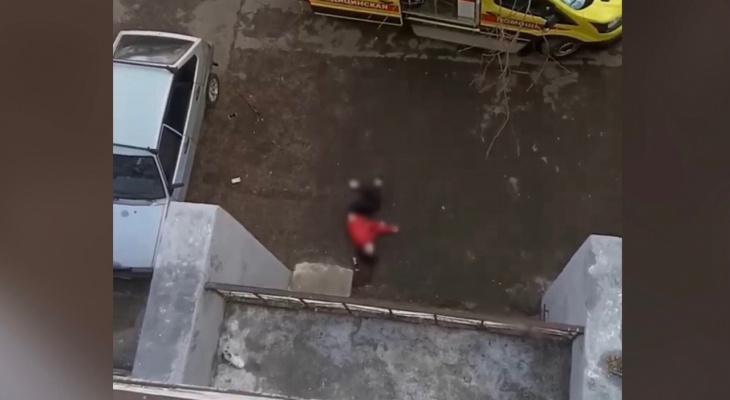 """""""Ударилась ногами о балкон"""": ярославцы рассказали, как девушка выпала из балкона на Московском проспекте"""