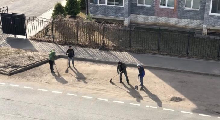 """""""Прям как в армии"""": в Рыбинске коммунальщики подметают улицы лопатами. Видео"""