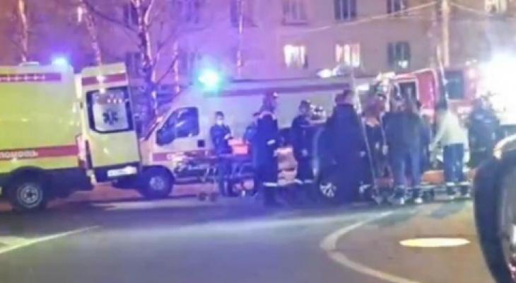 Две реанимации, толпа и люди на носилках: ДТП произошло у ДК Добрынина. Видео