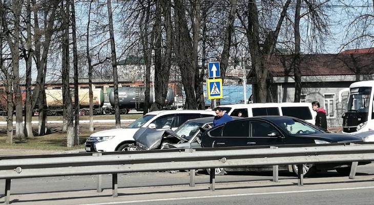 «Капот весь всмятку»: сразу четыре машины столкнулись в Ярославле.