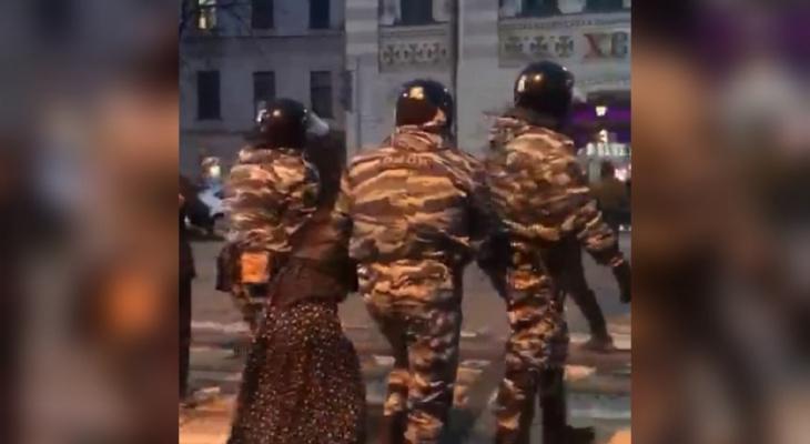 """""""Не хочу с вами идти"""": как в Ярославле задерживают участников протестов. Видео"""