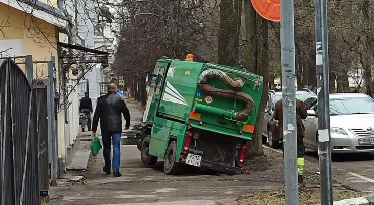 """""""Застрял в стабильности"""": в Ярославле в ямах грузовики встают намертво"""