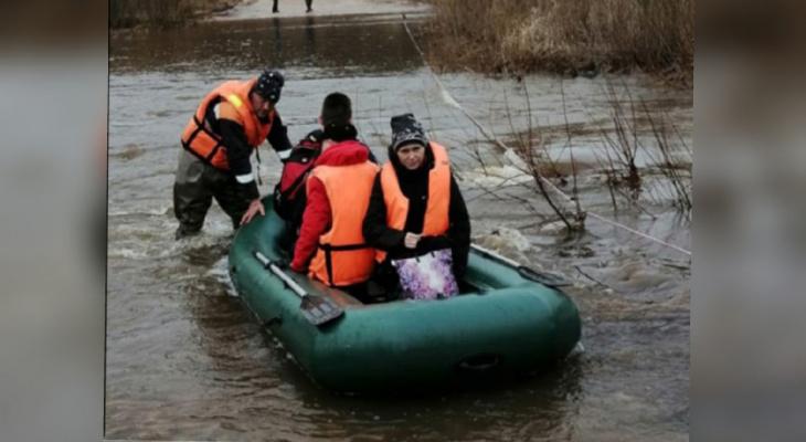 Ситуация критична: МЧС переплавляет ярославцев не резиновой лодке