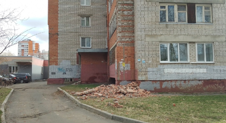 """""""Стало тепло, дом сбросил лишний кирпич"""": в Ярославле разваливается жилой дом"""