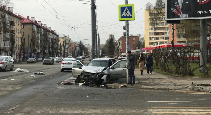 Куски авто разбросаны по улице: тройная авария произошла в центре Ярославля