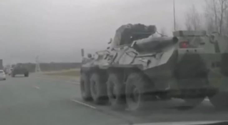 БТР едет под Ярославлем: видео очевидцев