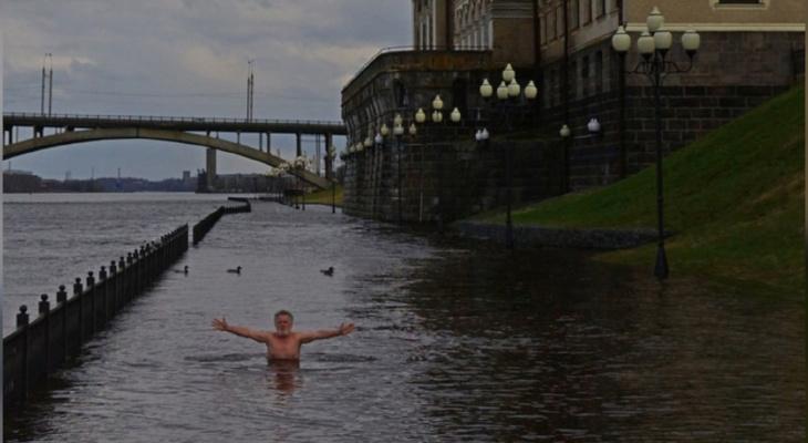 «Хоть кому-то радость»: ярославец открыл купальный сезон на затопленной набережной
