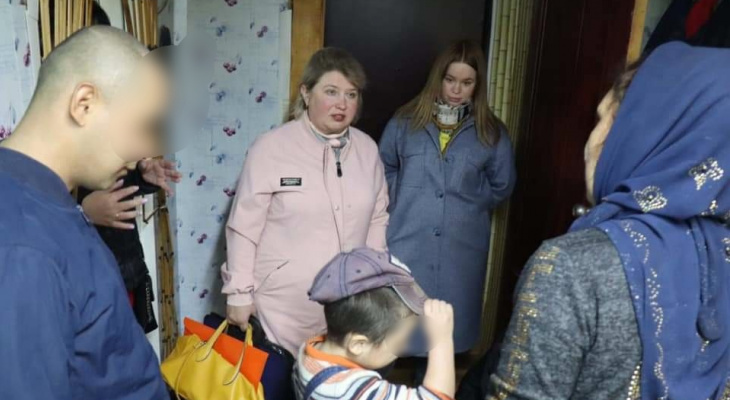 Под Ярославлем малыш выпал с шестого этажа: родители после этого уехали