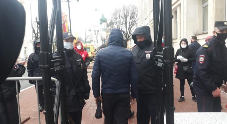 Реанимация у входа и ковид-контроль: как пускали на Советскую площадь в День Победы