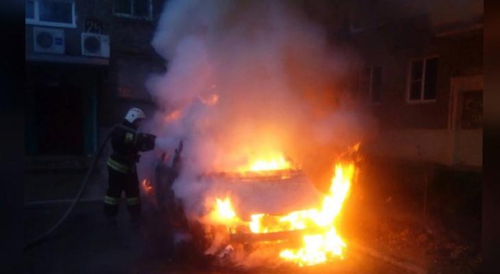 Огонь вырывался из салона: под Ярославлем было сожжено авто на стоянке