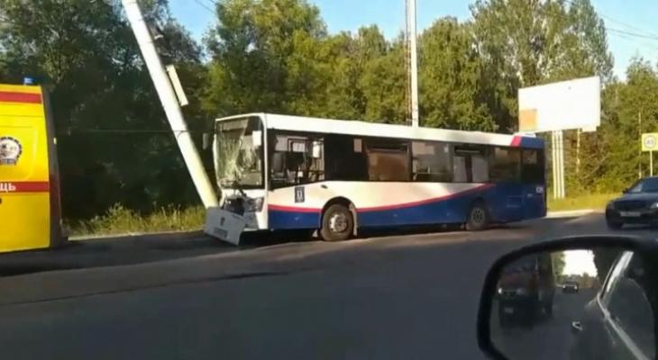 От удара все попадали на пол: в Ярославле автобус врезался в столб