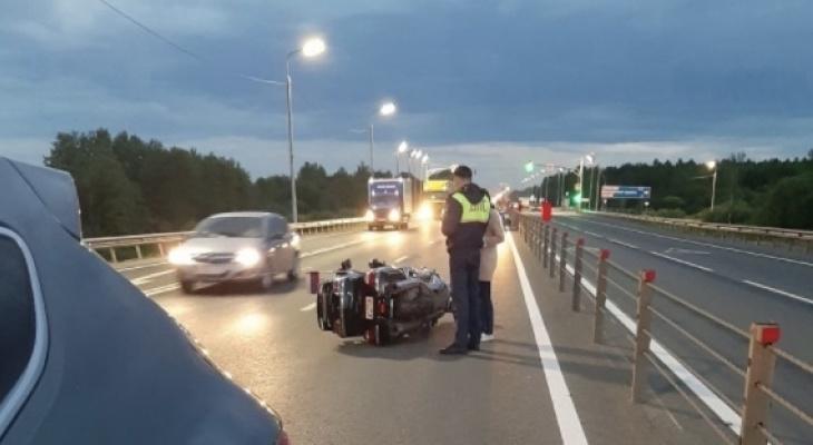 Женщина без руки: под Ярославлем мотоцикл занесло на куриных потрохах