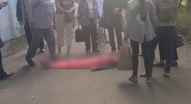 «Кричала по ночам, как все ее достали»: в Заволжском районе женщина выпала из окна