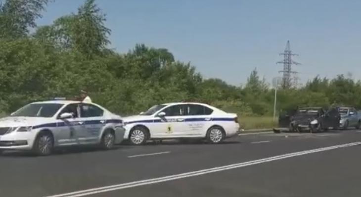 Ярославец на Приоре влетел в патрульную машину, приехавшую на ДТП. Видео