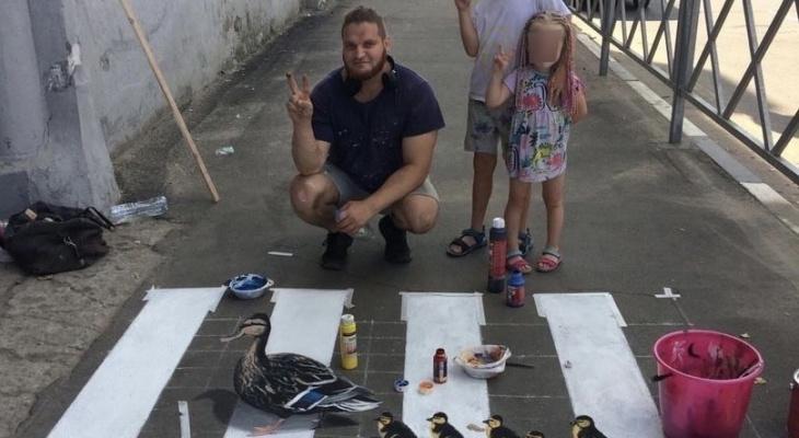 «Близкие ждут дома»: в Ярославле уличный художник разрисовал асфальт 3D-рисунком