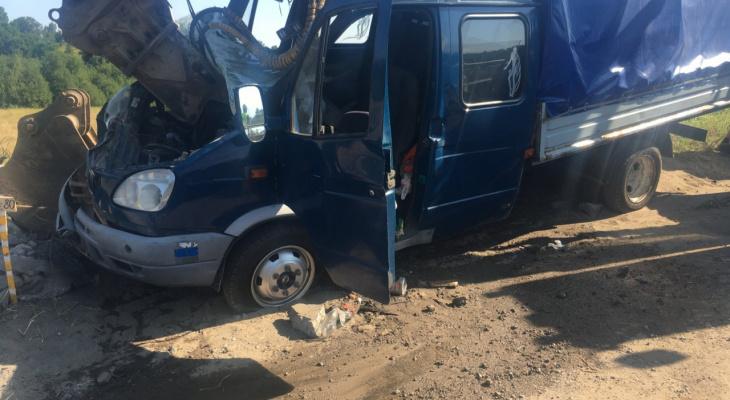 Ковш оказался в салоне: в жестком ДТП с экскаватором под Ярославлем пострадали люди