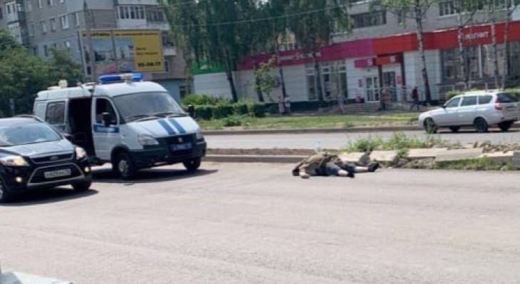 Труп посреди дороги: за Волгой мужчина вышел из машины и умер