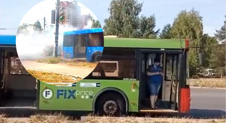 Густой дым заполонил дорогу: в Брагино загорелся пассажирский автобус. Видео