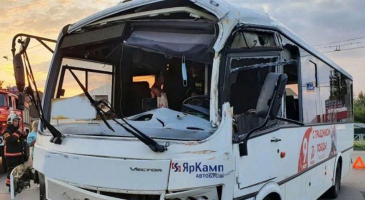 Бензовоз протаранил автобус в Рыбинске: подробности аварии