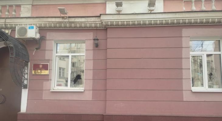 Выбил стекла в Следкоме: пойманному 47-летнему ярославцу грозит 7 лет тюрьмы