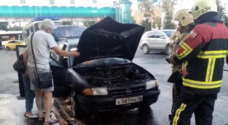 Прохожие бросились помогать: в Ярославле на дороге загорелся автомобиль
